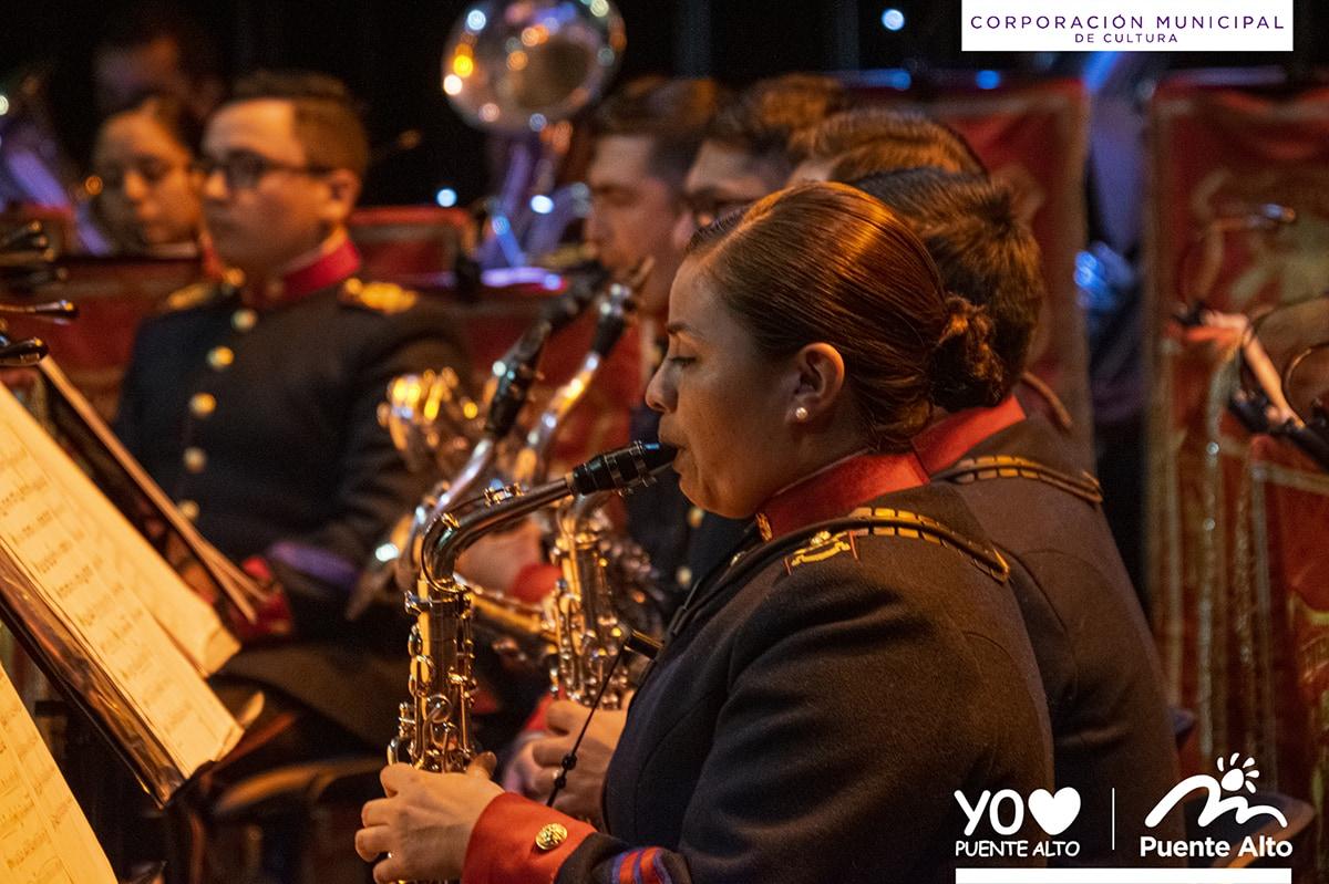 Vecinos disfrutaron de un variado repertorio junto a la Banda de Conciertos del Ejército de Chile.